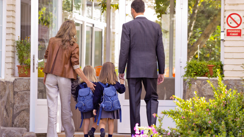 Картинки мама ведет ребенка в школу